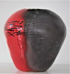 Céramique, grand vase conique en grès, émaillé rouge et noir