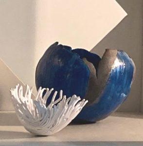 Céramiques et bol en porcelaine blanche