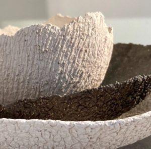 Céramiques en grès blanc et noir, brut, détail